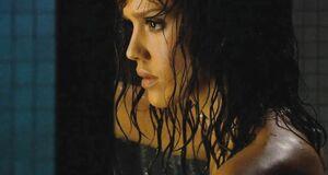 Обнаженная Джессика Альба принимает душ