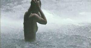 Обнаженная Милла Йовович у водопада