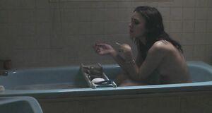 Кира Найтли голышом моется в ванне