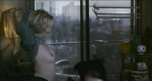 Дрю Бэрримор показывает голые сиськи
