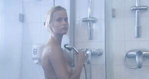 Раздетая Анна Лутцева принимает душ