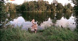 Ольга Будина голышом прыгает в озеро