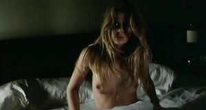 Настасьей Кински без одежды на кровати