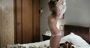 Настасья Кински оголила сиськи и залезла в кровать