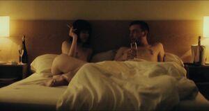 Михалина Ольшанская без одежды лежит на кровати