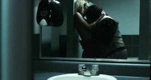 Си Джей Перри с голыми сиськами в туалете