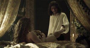 Раздетая Холлидей Грейнджер на кровати