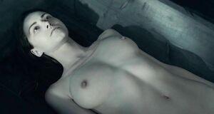 Голая Ольга Альберти лежит в гробу