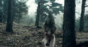 Абсолютно голая Ольга Альберти в лесу