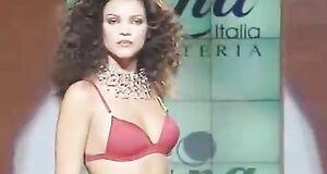 Ксения Князева засветила сиськи на показе мод