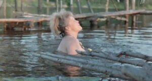 Голая Наталья Гундарева в отражении воды