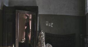 Виктория Романенко одевает ночнушку