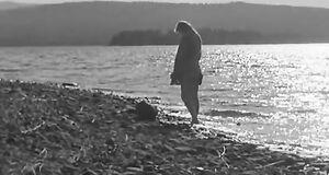 Марина Влади голышом выходит из воды