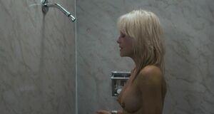 Абсолютно голая Линни Куигли в ванной