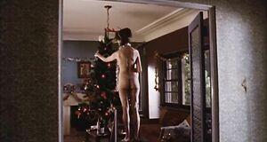 Голая Фрэнсис О'Коннор украшает елку