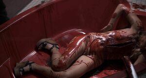 Кровавая сцена с голой Бетси Ру