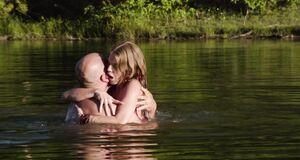Порно сцена с АннаЛинн МакКорд в озере