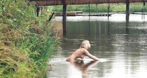 Анна Старшенбаум купается голышом в речке