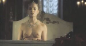 Лариса Шахворостова с голыми сиськами на кровати