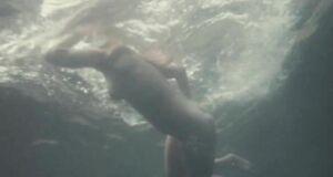 Александра Колкунова купается голышом