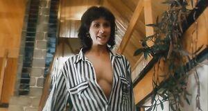 Ирина Шмелева светит сиськами в рубашке