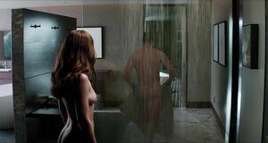 Голая сцена в душе с Дакотой Джонсон
