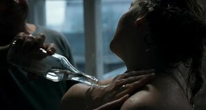 Раздетая Юлия Ауг моется водкой