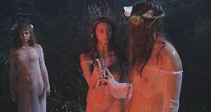Полностью голая Анна Ковальчук среди голых девушек