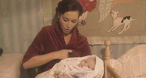 Анна Самохина кормит ребенка сиськой