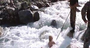 Раздетую Ингеборгу Дапкунайте купают в реке