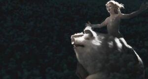 Раздетые Ксения Назарова и Анна Ковальчук летают над лесом